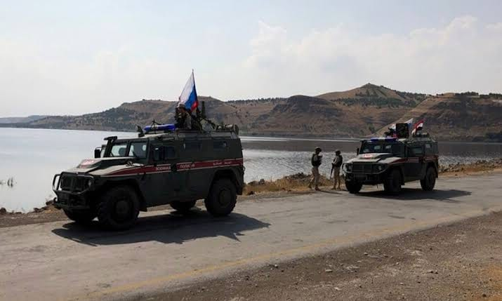 جرحى في صفوف القوات الروسية إثر انفجار لغم أرضي بعربة عسكرية لهم في محيط مدينة عين العرب