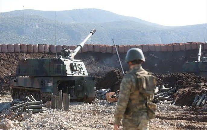 الجيش التركي يقصف مواقع لقوات الأسد بإدلب ويستقدم تعزيزات جديدة