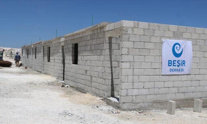 جمعية تركية تكمل بناء 180 منزلاً مؤقتاً للنازحين في إدلب