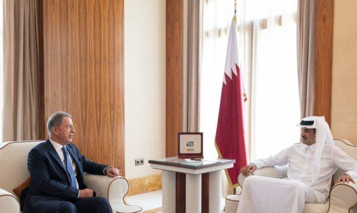 الدوحة.. أمير قطر يستقبل وزير الدفاع التركي