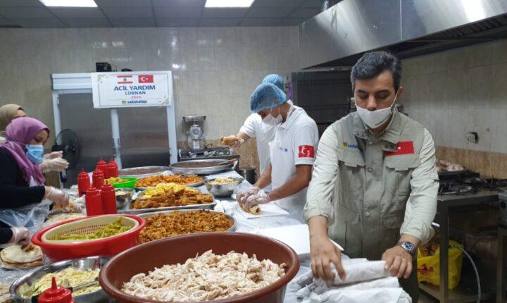 """انفجار بيروت.. """"حجر الصدقة"""" التركية تواصل تقديم الطعام للمتضررين"""