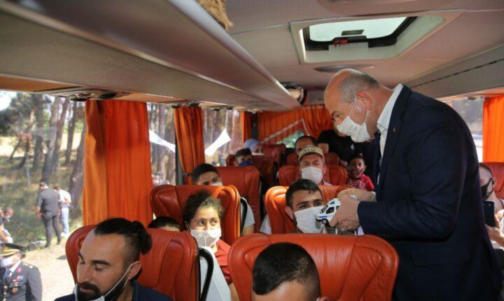 تركيا.. وزير الداخلية على الطريق يوزع الألعاب والهدايا للأطفال