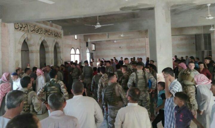 أفراد الجيش التركي يشاركون الأهالي صلاة عيد الأضحى شمالي سوريا