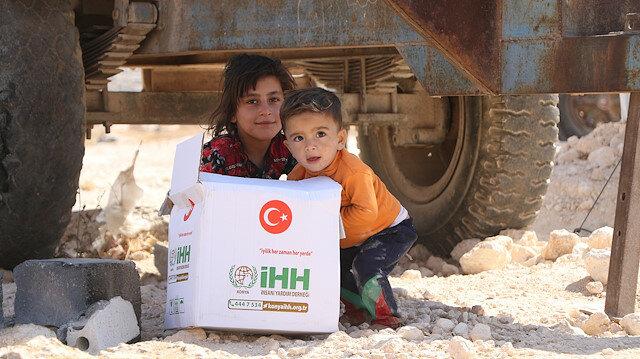 """""""الإغاثة التركية"""" توزّع مساعدات غذائية على النازحين بريف إدلب"""