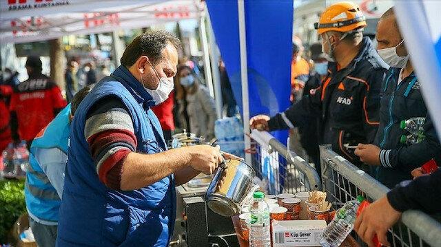 إزمير.. متطوعون يعملون على تضميد جراح ضحايا الزلزال