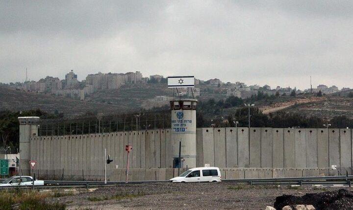 جنود إسرائيليون يعتدون على أسير فلسطيني طالب بالعلاج