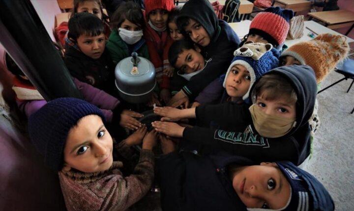 """الهلال الأحمر التركي يوزع المدافئ على مدارس في """"نبع السلام"""""""