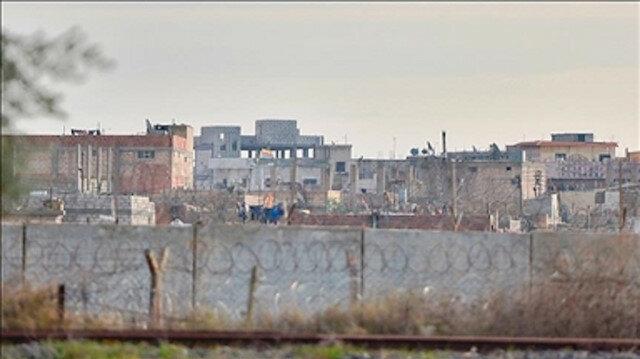 """لليوم الثالث.. """"قسد"""" تحاصر قوات النظام بمدينة القامشلي"""