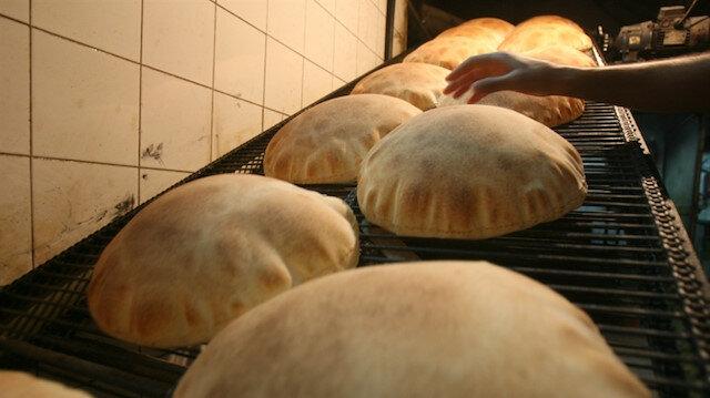 لبنان يرفع سعر الخبز مع هبوط الليرة ونفاد منحة طحين عراقية