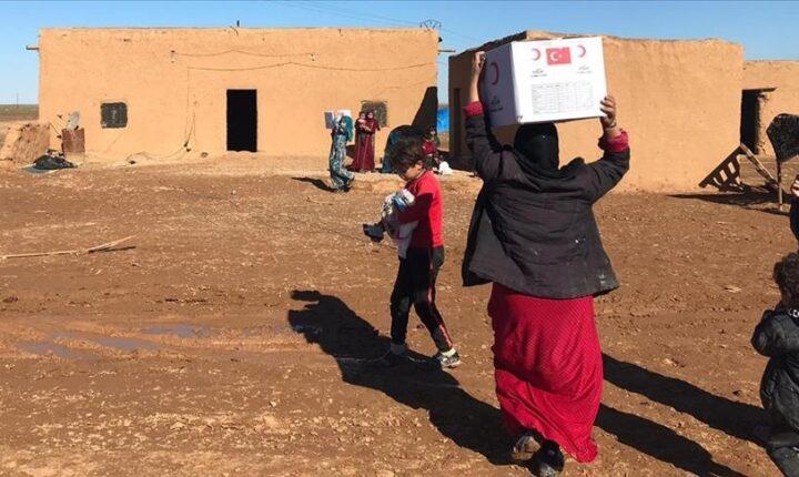 الهلال الأحمر التركي يقدم مساعدات إنسانية شمال شرقي سوريا