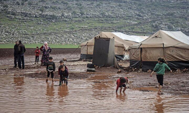 جراء الأمطار.. غرق عشرات الخيام في مخيم بإدلب السورية