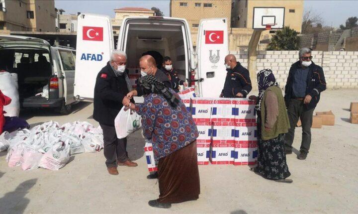 """تركيا توزع مساعدات غذائية على قرى """"نبع السلام"""" في سوريا"""