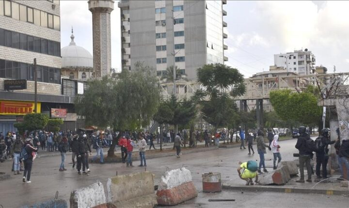 """لبنان.. محتجون يقطعون طريقا رئيسا في """"البقاع"""""""