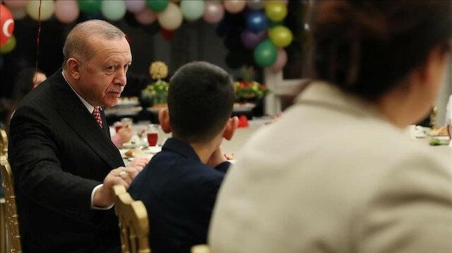 أردوغان يتناول وجبة الإفطار مع الأطفال في عيدهم