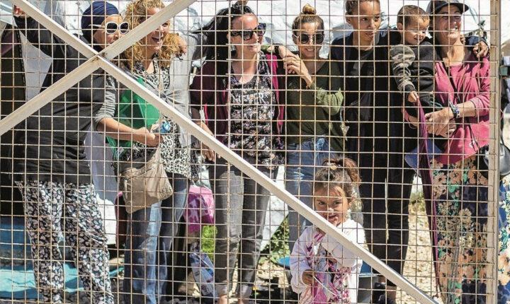 نريد العودة لبلادنا.. نساء داعش الأوروبيات يخلعن الحجاب في مخيم الروج بسوريا