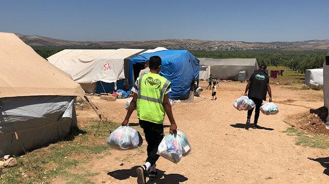 جمعية تركية توزع ملابس على محتاجين في عفرين السورية