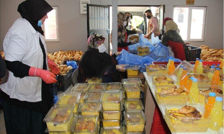 """سوريا.. جمعية """"هطاي"""" التركية توزع إفطارًا يوميًا في عفرين"""