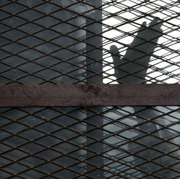 ناشطون من أتراك إيران يضربون عن الطعام في السجون