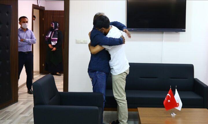 """""""نوشهر"""" التركية.. أفغاني يلتقي والده بعد فراق 10 أعوام (قصة إنسانية)"""